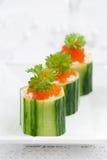 tartlets огурца с плавленым сыром и красной икрой, вертикальными Стоковое фото RF