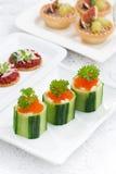 tartlets огурца с плавленым сыром и красной икрой на праздник Стоковое Изображение