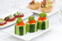 tartlets огурца с плавленым сыром и красной икрой на праздник Стоковые Фотографии RF