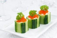 Tartlets огурца с плавленым сыром и красной икрой Стоковое Фото