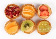 Tartlets печенья при свежие фрукты изолированные на белизне Стоковые Изображения