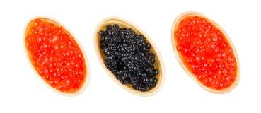 Tartlets при имитационная красная и черная икра изолированная на белизне Стоковая Фотография RF