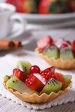 Tartlets плодоовощ с клубниками и вертикалью кивиа Стоковое Фото