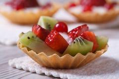 Tartlets плодоовощ с клубниками, кивиом горизонтальным Стоковые Изображения RF