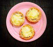 Tartlets сыра на плите Стоковые Фотографии RF