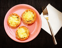 Tartlets сыра на плите Стоковое Изображение