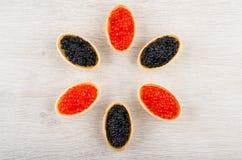6 tartlets с имитационной красной и черной икрой на таблице Стоковые Фотографии RF