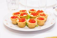 Tartlets с красной икрой Еда протеина здоровая Стоковая Фотография RF