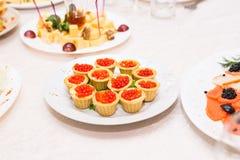 Tartlets с красной икрой Еда протеина здоровая Стоковое Изображение