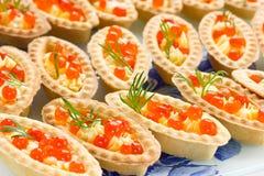 Tartlets с красной икрой Закуски партии коктеиля с красной икрой, Стоковые Изображения RF