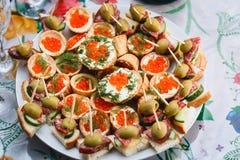 Tartlets с красной икрой и зелеными цветами Стоковое Изображение RF