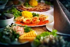 Tartlets с красной икрой, красными рыбами и зелеными цветами Стоковое Изображение