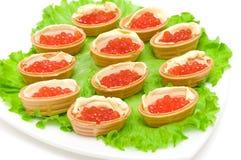 Tartlets с красной икрой на белой предпосылке Стоковая Фотография