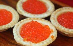 Tartlets с красной икрой на деревянной плите Стоковое Изображение RF