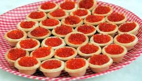 Tartlets с красной икрой на плите Стоковые Фотографии RF