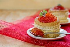 Tartlets с красной икрой на плите Стоковая Фотография RF