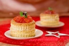 Tartlets с красной икрой на плите Стоковая Фотография