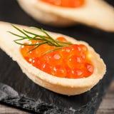 Tartlets с красной икрой Стоковое Изображение