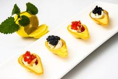 Tartlets с красной и черной икрой Стоковое Изображение