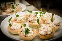 Tartlets с салатом плавленого сыра Закройте вверх по взгляду Таблица шведского стола ресторанного обслуживании Стоковая Фотография