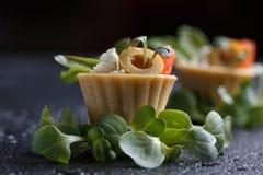 Tartlets с сыром семг и сыра с микро-зеленым на темной предпосылке Стоковые Фото