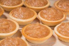 Tartlets с сливк и специями яблока на таблице Стоковая Фотография RF