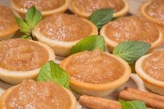 Tartlets с сливк и специями яблока на таблице Стоковое Изображение RF