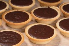 Tartlets с сливк шоколада на таблице Стоковые Фото