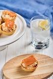 Tartlets с mascarpone и красными рыбами стоковая фотография