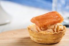 Tartlets с mascarpone и красными рыбами стоковые изображения