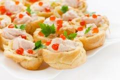 Tartlets теста choux с salmon муссом и красной икрой на w Стоковая Фотография