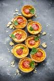Tartlets томата сыра, закуски печенья слойки, итальянское antipa Стоковые Изображения