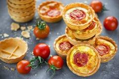 Tartlets томата сыра, закуски печенья слойки Стоковые Изображения
