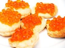 Tartlets avec le caviar rouge images stock