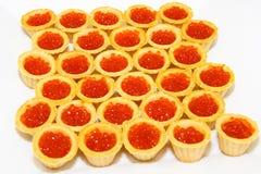 Tartlets avec le caviar rouge La table luxueuse Photographie stock libre de droits
