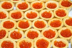 Tartlets avec le caviar rouge Les décorations de table Image libre de droits