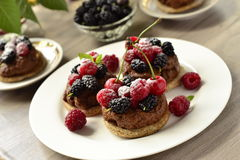 Tartlets with chocolate mousse and fresh berries Royalty Free Stock Photos