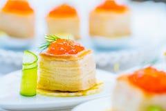 Tartlets com caviar vermelho fotografia de stock