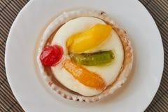 Tartlets com creme e frutos Imagem de Stock Royalty Free