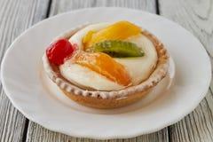 Tartlets com creme e frutos, laranja, quivi, cereja Imagens de Stock Royalty Free