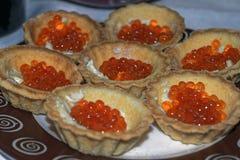 Tartlets com fim vermelho do caviar acima delicatessen Alimento do gourmet Textura do caviar fotos de stock royalty free