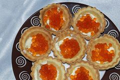 Tartlets com fim vermelho do caviar acima delicatessen Alimento do gourmet Textura do caviar imagens de stock
