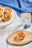 Tartlets com mascarpone e os peixes vermelhos Fotografia de Stock