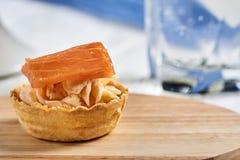 Tartlets com mascarpone e os peixes vermelhos Fotos de Stock