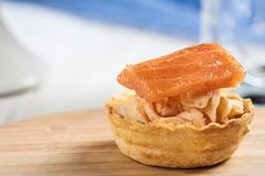 Tartlets com mascarpone e os peixes vermelhos Imagens de Stock