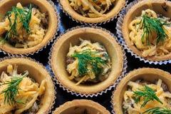 Tartlets com molho de queijo Fotos de Stock