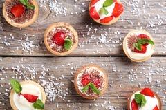 Tartlets com morangos Imagens de Stock