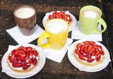 Tartlets com morangos suculentas Fotografia de Stock
