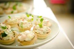 Tartlets com salada do queijo creme Serviços da restauração Foto de Stock