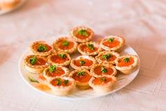 Tartlets con cierre rojo del caviar para arriba Alimento gastrónomo Foto de archivo